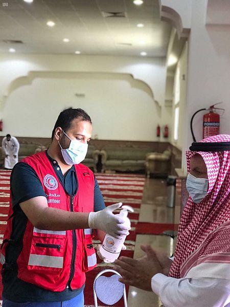 متطوعو الهلال الأحمر بالجوف يقيمون نقاط فرز في عدد من جوامع المنطقة