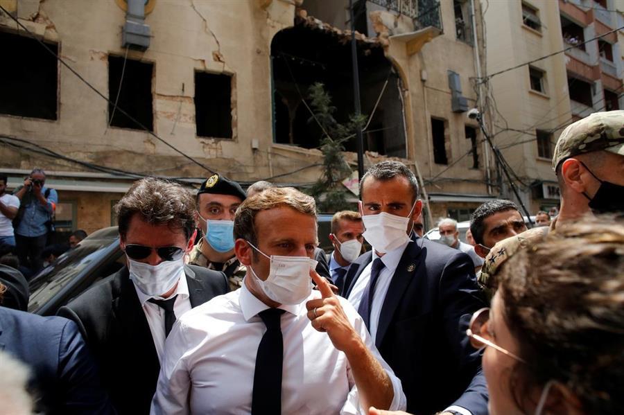 الرئيس الفرنسي يتفقد موقع انفجار بيروت ويلتقي المواطنين وعمال الإنقاذ
