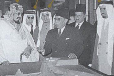 صورة تاريخية للملك عبدالعزيز مع عدد من أبنائه في زيارة للمتحف المصري بالقاهرة