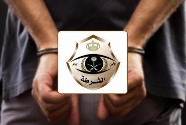 القبض على مواطن ومقيم سكبا مادة بترولية على جهاز للرصد الآلي بأحد الطرق بالرياض