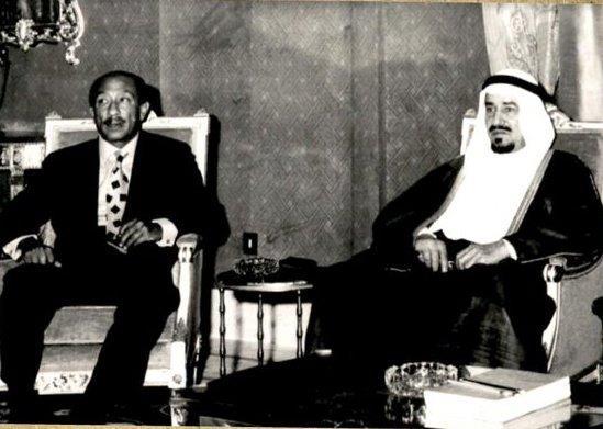 صورتان تاريخيتان لاستقبال الملك خالد بن عبدالعزيز للرئيس السادات قبل 45 عاماً
