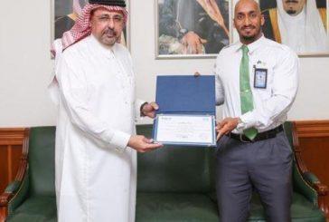 مطار الملك عبدالعزيز يكرم موظفًا أعاد محفظة مفقودة على إحدى الطائرات لصاحبها