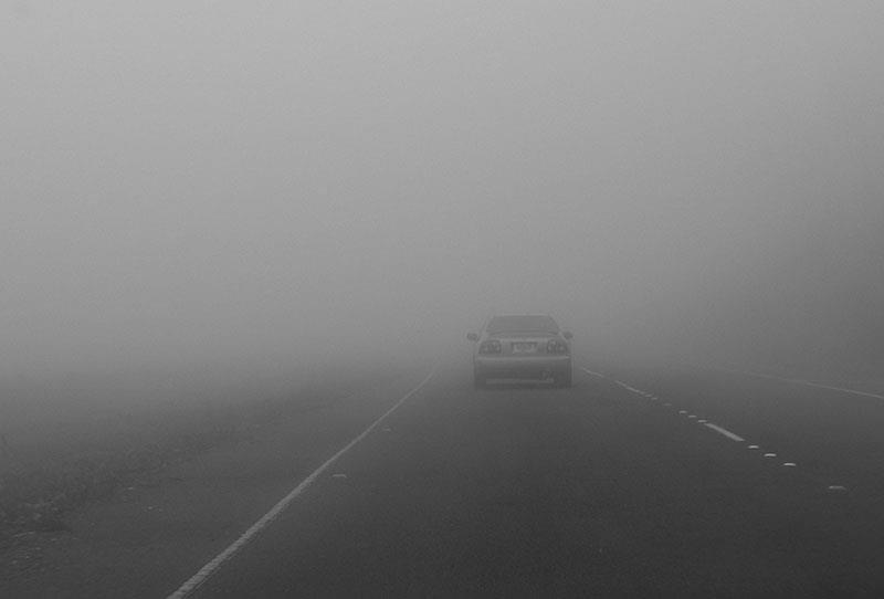 """""""أمن الطرق"""" يوصي بإشعال الإضاءات الأمامية والخلفية للمركبة عند تدني مستوى الرؤية"""