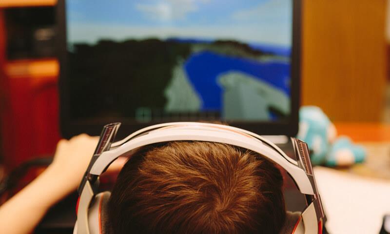 """""""الاتصالات"""" تحذّر من مخاطر قد تواجه الطفل في عالم الألعاب الإلكترونية"""