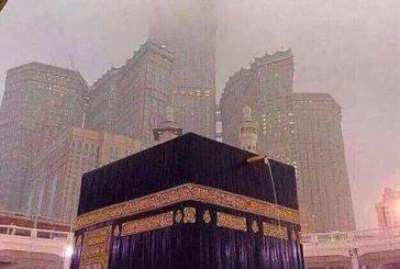 تساقط الأمطار بالمسجد الحرام والمعتمرون يواصلون أداء الطواف