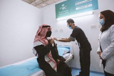 الأمير مقرن بن عبدالعزيز برفقة وزير الصحة أثناء تلقيه لقاح كورونا في الرياض
