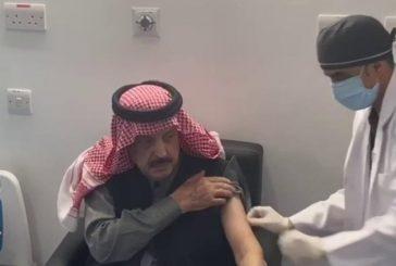 الأمير عبدالإله بن عبدالعزيز يتلقى لقاح كورونا بمركز اللقاحات في الرياض