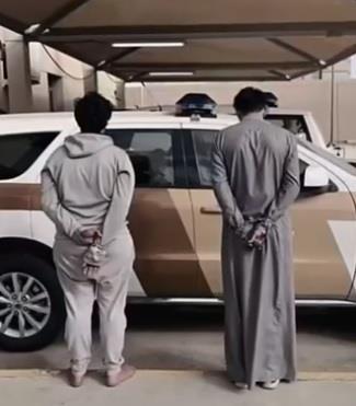 """""""شرطة عسير"""": القبض على مواطنَين قاما بالاعتداء على عامل محطة وسلبه مبلغاً مالياً"""