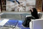فتاة تبرع في التقاط الصور الفوتوغرافية رغم معاناتها من شبه فقدان البصر