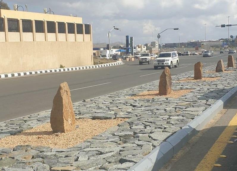"""صورة لتزيين شارع أمام مستشفى في أبها بـ""""شواهد القبور"""" تثير جدلاً واسعاً"""
