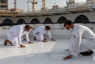 فريق سعودي مختص يقوم بتنظيف سطح الكعبة المشرفة