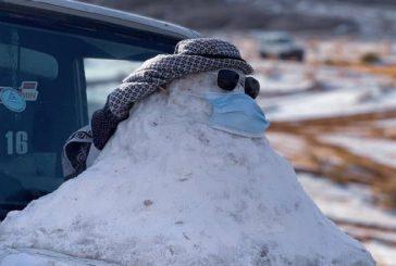 مواطن يبني رجلاً من الثلج في تبوك ويلزمه بـ