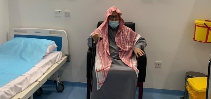 الشيخ صالح الفوزان يتلقى الجرعة الأولى من لقاح كورونا