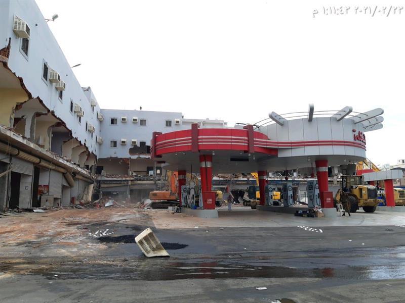 إزالة محطة وقود ومبانٍ تابعة مقامة على أراضٍ حكومية بجدة