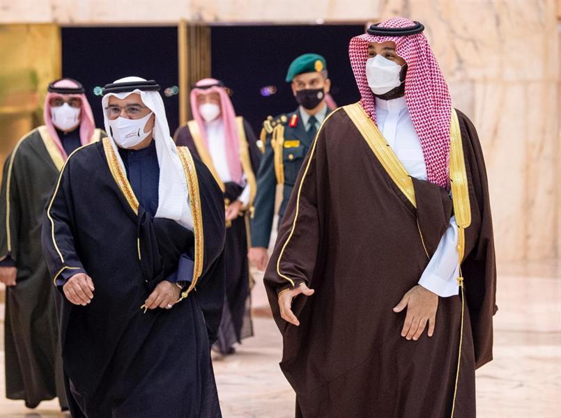 ولي العهد يستقبل ولي عهد البحرين ويستعرضان العلاقات الوثيقة بين البلدين