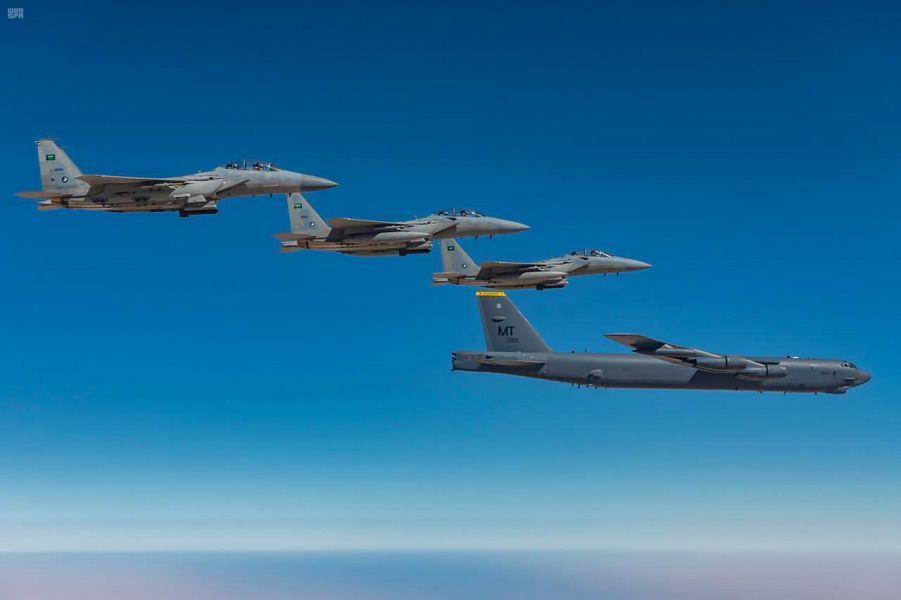 """تمرين ثنائي بين القوات الجوية السعودية والأمريكية بمشاركة مقاتلات """"إف -15 إس إي"""" و """"بي-52"""""""