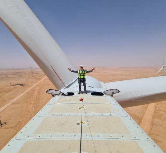 السفير الفرنسي في المملكة ينشر صورته وهو يعتلي إحدى عنفات الرياح المخصصة لتوليد الطاقة في دومة الجندل