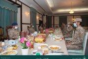 رئيس هيئة الأركان يلتقي المرابطين في الحد الجنوبي ويشاركهم وجبة الإفطار