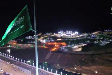 العلم السعودي يرفرف على أطول سارية بالباحة احتفالاً بالعيد من ارتفاع 60م