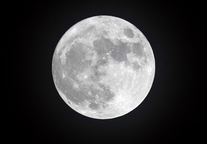 """""""خبير فلكي"""" يوضح سبب رؤيتنا لوجه واحد من القمر ولماذا يكون الشهر 30 يوما وأحيانا 29"""