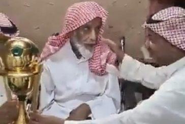 رئيس الفيصلي يزور عمه في منزله ويقدم له كأس الملك