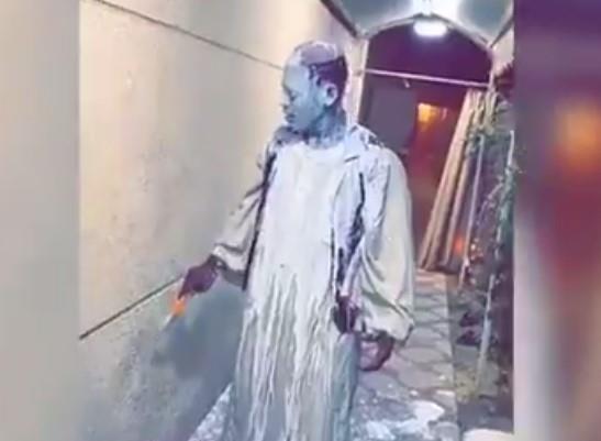 """شرطة المنطقة الشرقية تتخذ الإجراءات النظامية بحق من ظهروا في فيديو """"سكب البوية على وجه السوداني"""""""