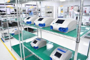 لحظة تدشين أول جهاز للتنفس الصناعي صُنع في السعودية
