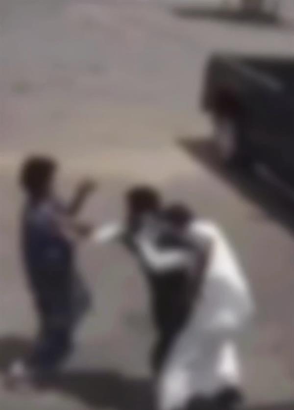"""""""شرطة القصيم"""" تقبض على شخصين اعتديا على عامل بمحطة وقود"""