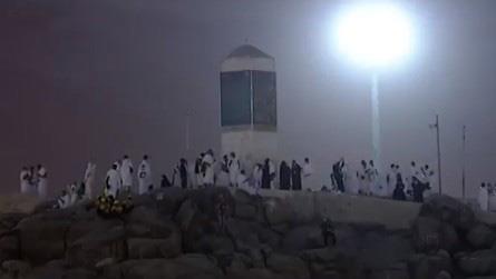 الحجاج ينفرون إلى مزدلفة بعد أن منّ الله عليهم بالوقوف على صعيد عرفات