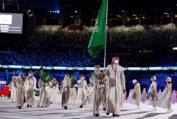 لحظة دخول الوفد السعودي لحفل افتتاح أولمبياد طوكيو وحسين علي رضا وياسمين الدباغ يرفعان العلم