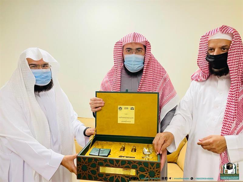 """""""السديس"""" يكرم الشيخ سعد الشثري وخطيب عرفة الدكتور بندر بليلة"""