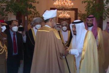 الملك سلمان يودع سلطان عُمان لحظة مغادرته قصر نيوم