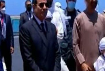 ولي عهد أبوظبي يرفع حفيده في افتتاح قاعدة عسكرية بمصر