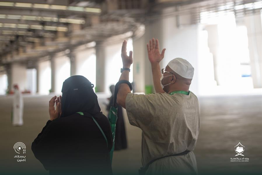 حجاج بيت الله الحرام يرمون الجمرات في ثاني أيام التشريق