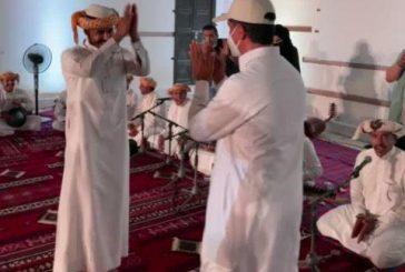 وزير السياحة يؤدي رقصة شعبية برفقة فرقة موسيقية في ينبع
