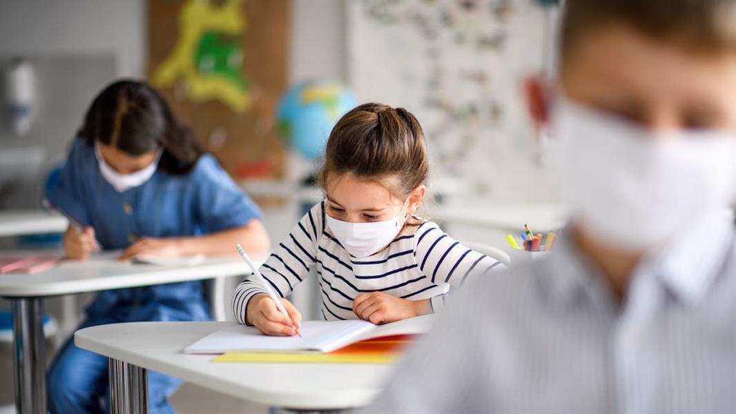 """""""الصحة العالمية"""" تُقدم 8 نصائح لمنع انتشار """"كورونا"""" بين الطلاب والمُعلمين"""