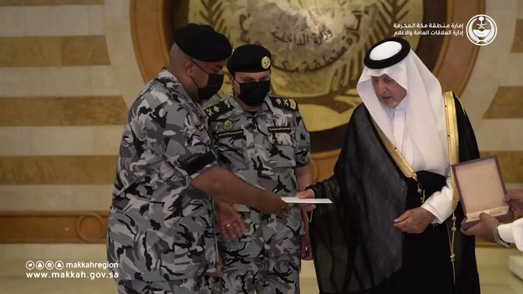 أمير مكة يكرّم جندياً أعطى مظلته لمعتمر ومواطناً أنقذ أطفالاً تحركت بهم مركبة في العرضيات