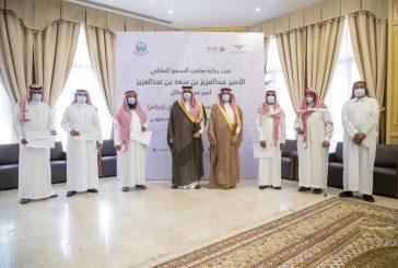 أمير حائل يسلم مواطنين وثائقهم المنجزة لتملك العقارات عبر
