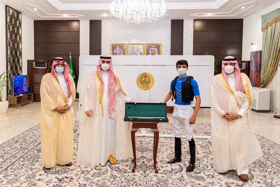 أمير الجوف يكرّم الخيّال المضياني لفوزه بعدة أشواط للخيالة المتمرنين في نادي سباقات الخيل بالطائف