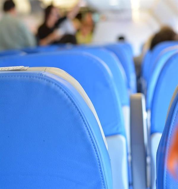 """إلزام شركة طيران بتعويض رجل وزوجته وابنتيه بسبب """"اتساخ الحزام والمقعد"""""""