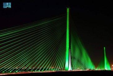 الجسر المعلق في الرياض يضيء باللون الأخضر احتفالاً باليوم الوطني