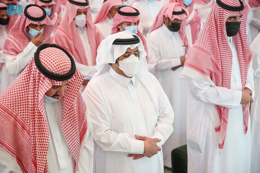 أمير الشرقية يؤدي صلاة الميت على والدة الأمير عبد العزيز بن عبد الرحمن