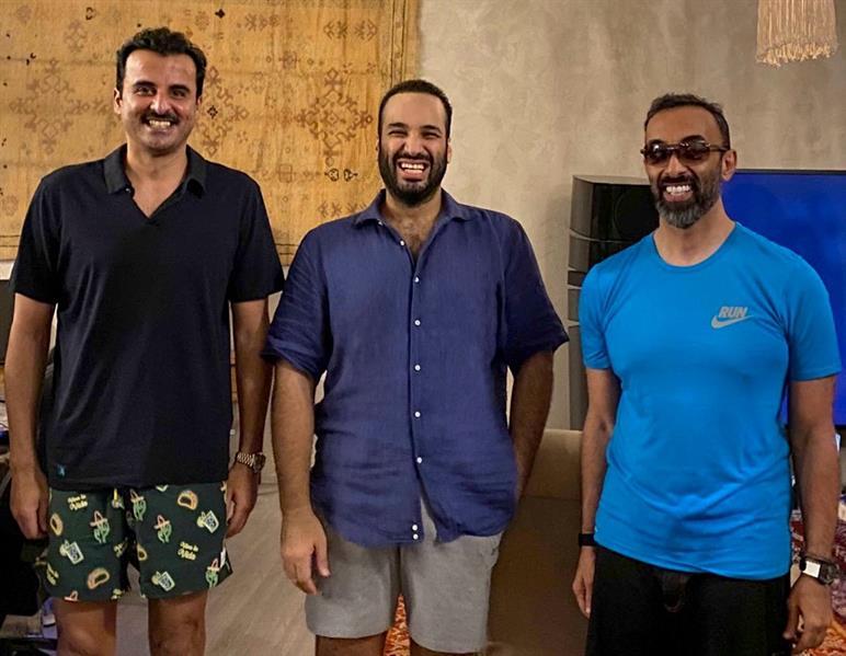 لقاء ودي يجمع الأمير محمد بن سلمان والشيخ تميم والشيخ طحنون في البحر الأحمر ظهروا بعيداً عن الرسميات