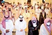 أمير الرياض بالنيابة يؤدي صلاة الميت على الأمير عبدالله بن محمد بن عبدالعزيز